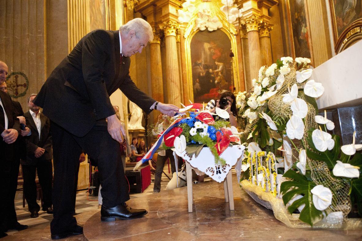 Prezident klade květiny ve velehradské bazilice