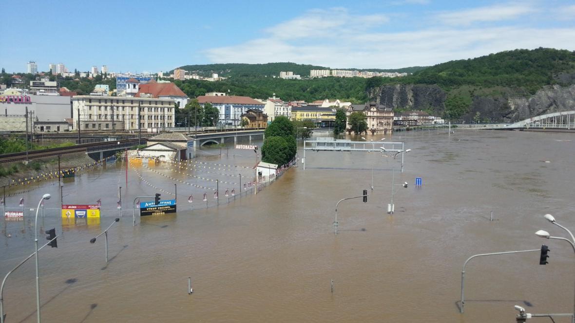 Hlavní tah z Děčína do Lovosic I/30 zmizel pod vodou
