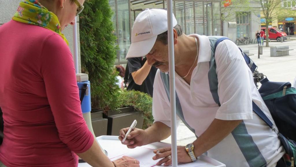 Podepisování petice proti stěhování obyvatel z Přednádraží