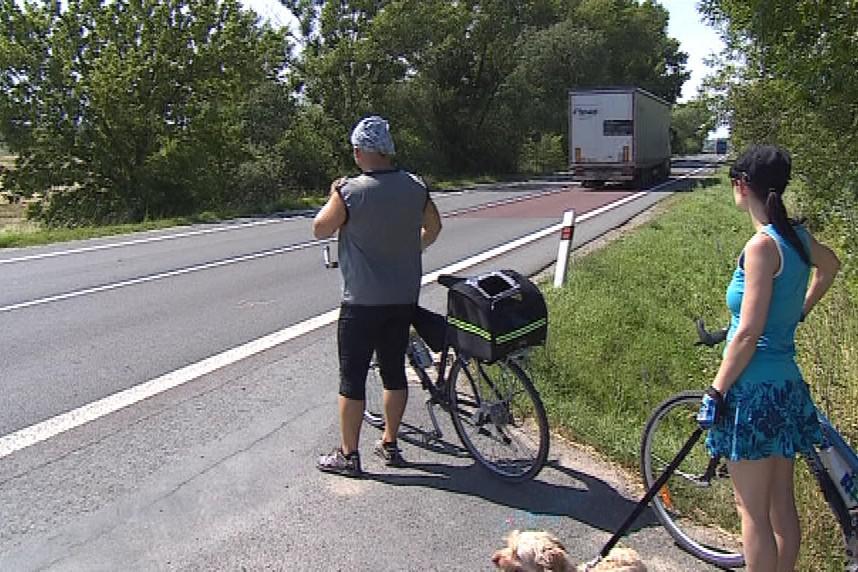 Cyklostezka u Nových mlýnů kříží frekventovanou silnici
