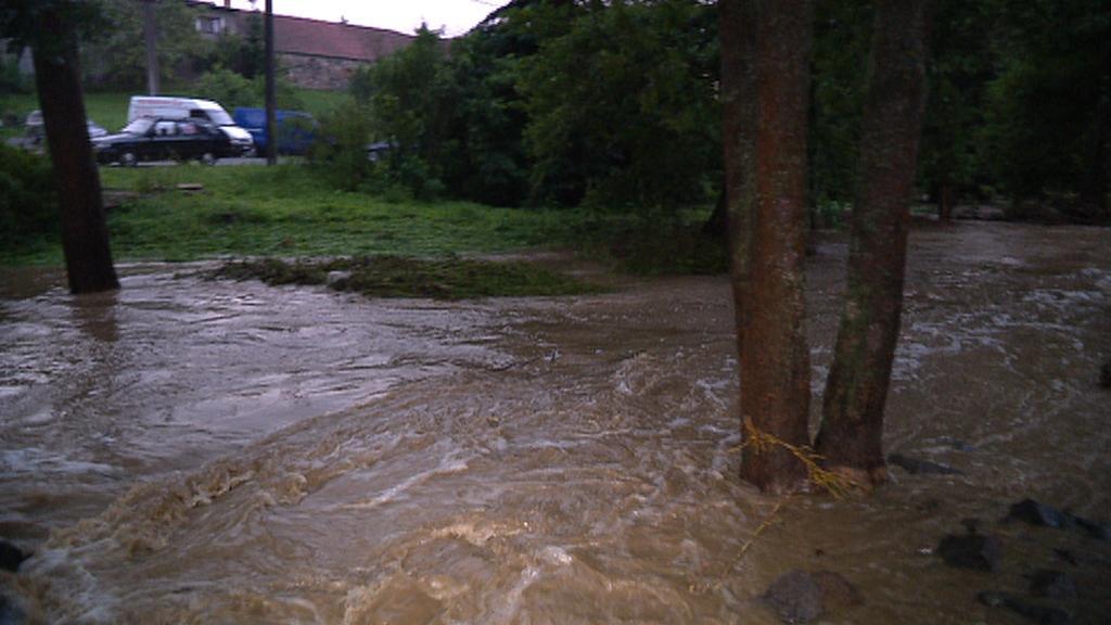Rozvodněný potok v Krusičanech