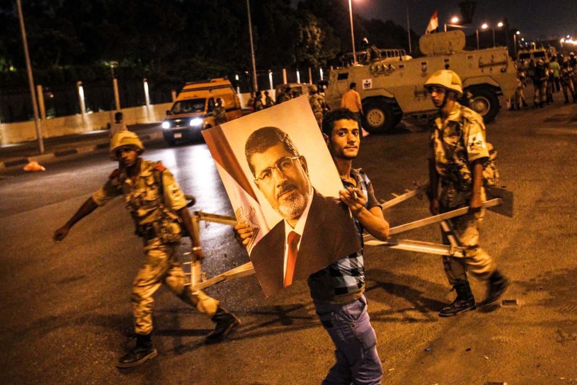V Káhiře se v noci scházeli i příznivci prezidenta