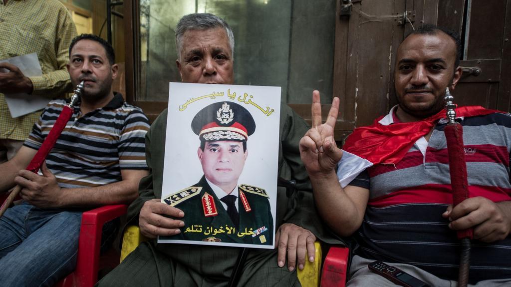 Egypťané s portrétem vojenského velitele al Sisiho