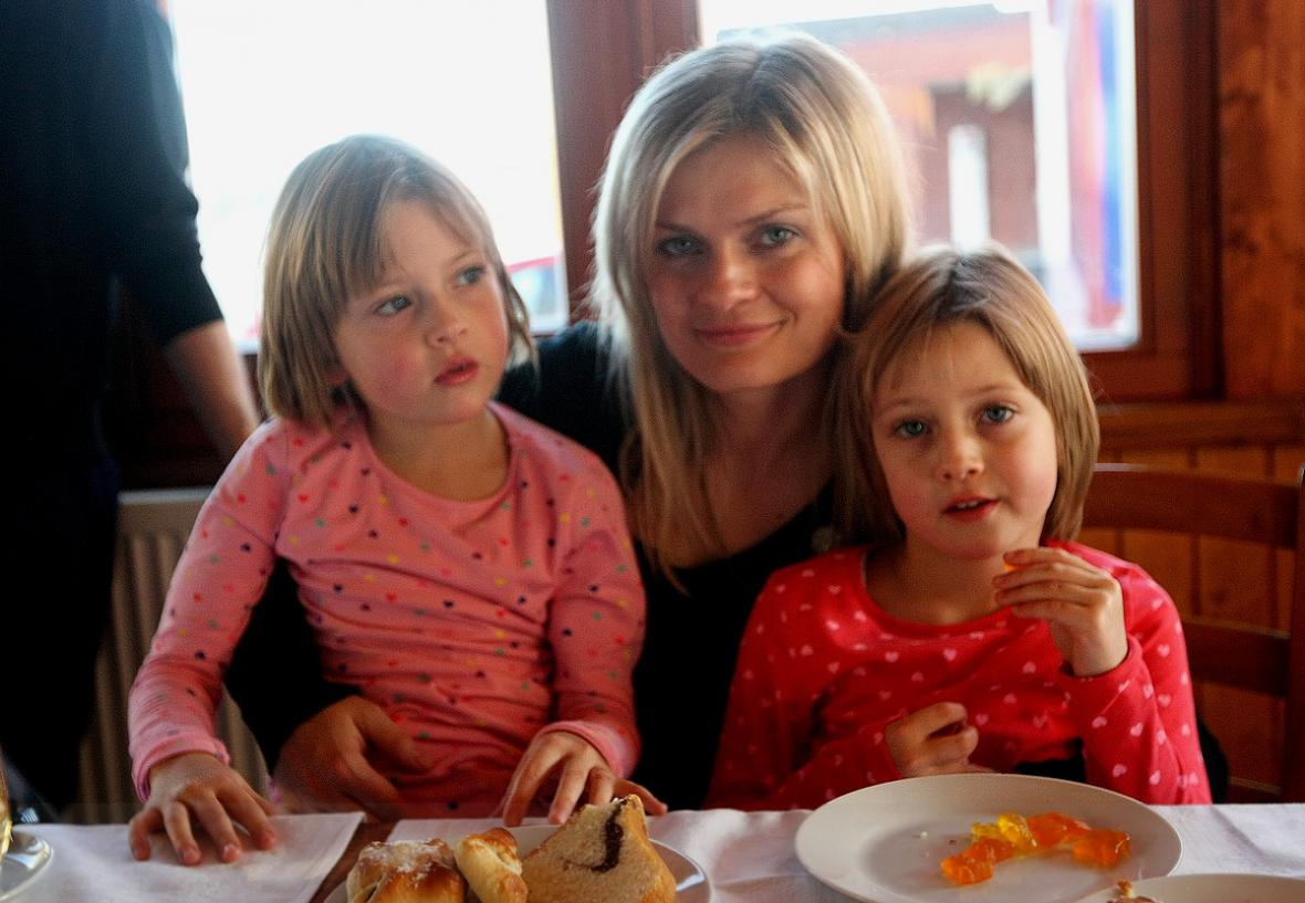 Moderátorka Tereza Stýblová s dcerami, dvojčátky Ester a Sárou