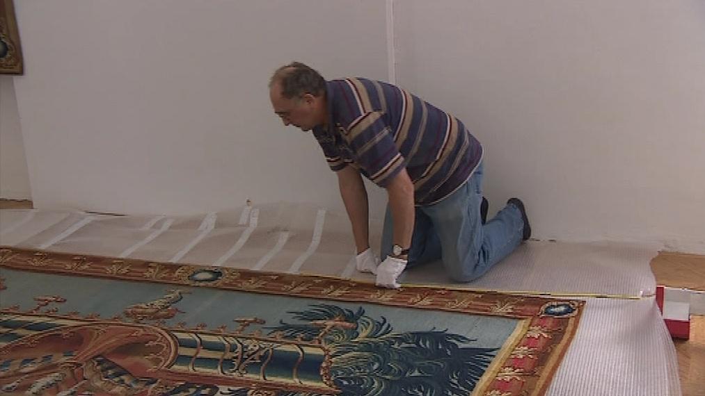 Přípravy na instalaci nástěnných obrazů