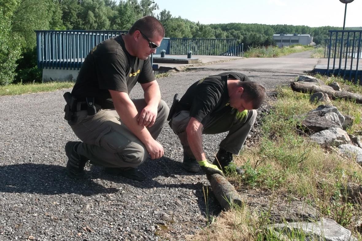 Dělníci našli při bagrování na Nových Mlýnech dělostřelecký granát