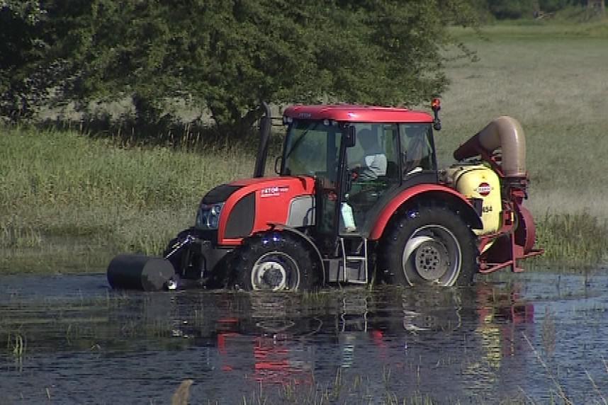 Někde se postřik provádí traktorem