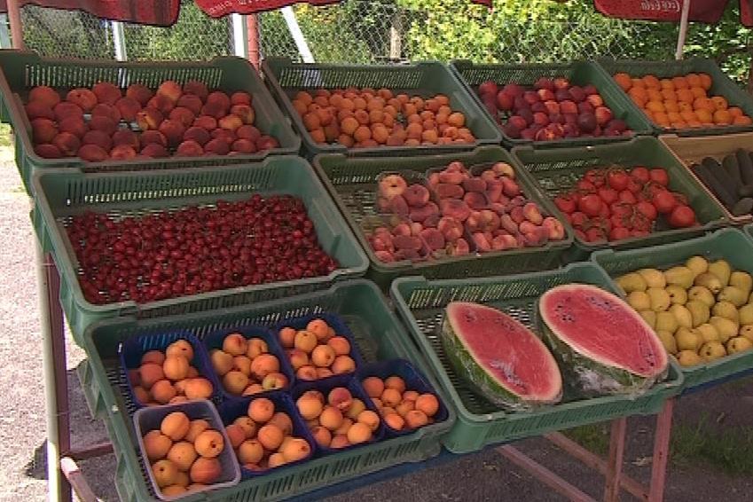 Prodej ovoce na stáncích u silnic
