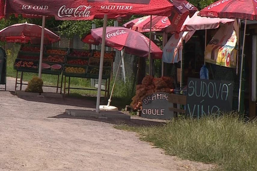 Prodejci nabízí především české ovoce a zeleninu