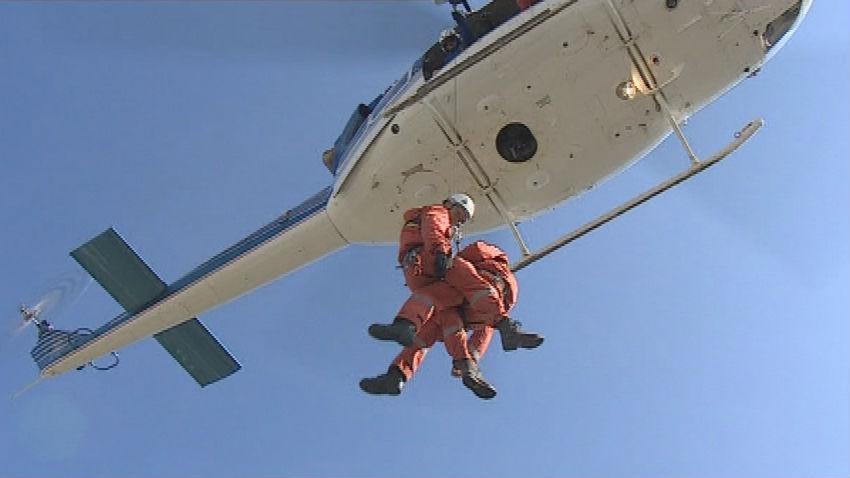 Záchranář vytahuje figuranta do vrtulníku