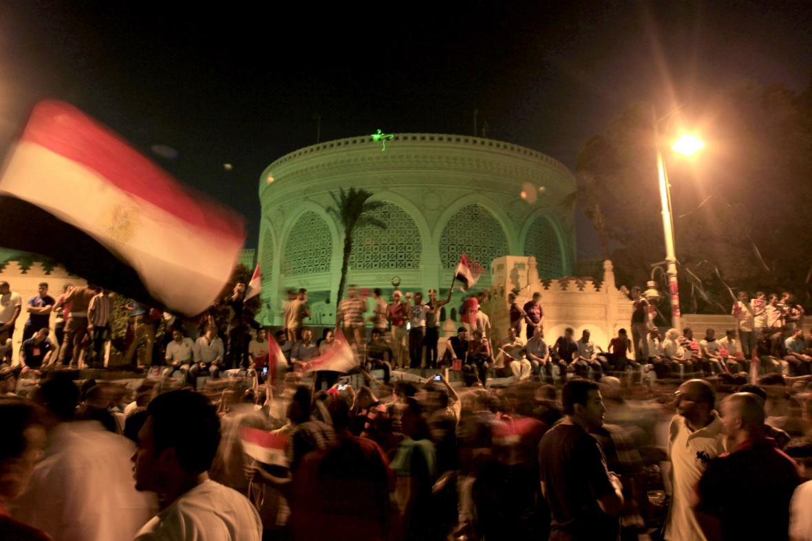 Demonstranti před prezidentským palácem v Káhiře