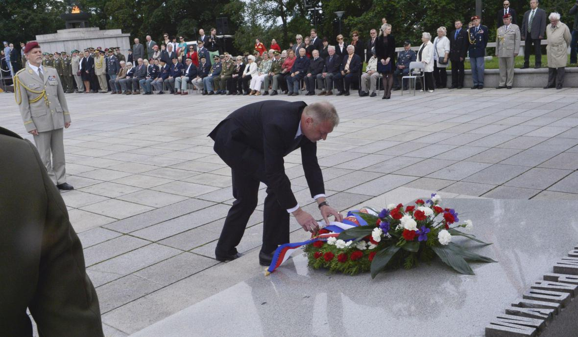 Ministr obrany Vlastimil Picek s náčelníkem generálního štábu Petrem Pavlem položili věnec ke hrobu neznámého vojína