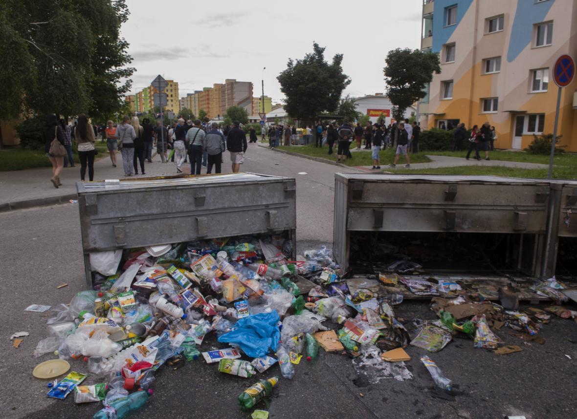 Následky pochodu demonstrantů sídlištěm Máj