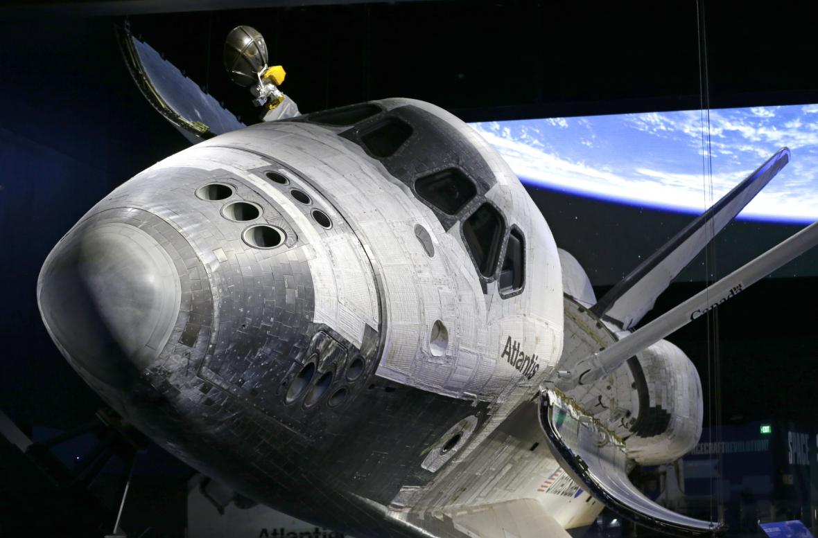 Raketoplán Atlantis jako hlavní exponát výstavy v Kennedyho vesmírném středisku na Floridě