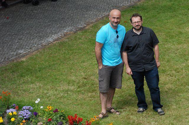 Jaroslav Sedláček a Tomáš Baldýnský před Domem ČT na karlovarském festivalu