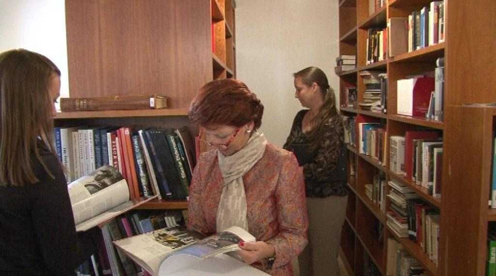 V domě funguje i malá knihovna