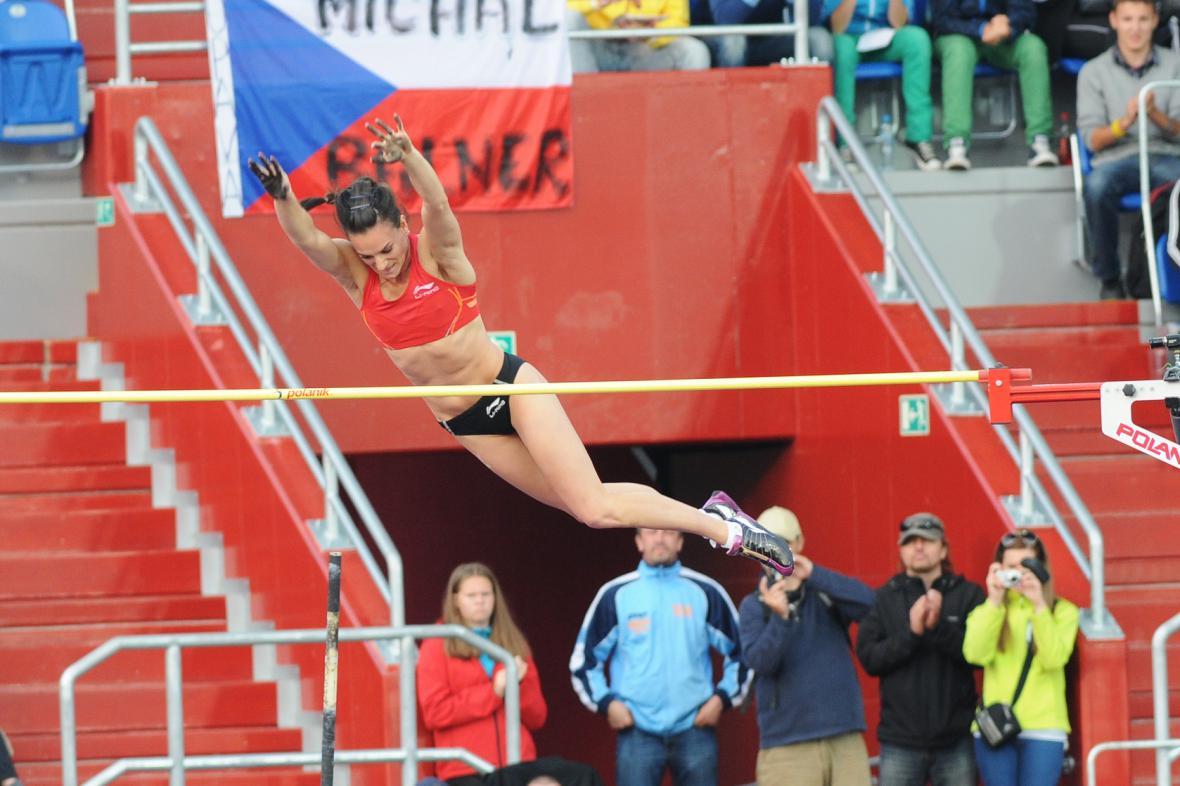 Dívka z plakátu, čili tvář letošní Zlaté tretry Jelena Isinbajevová, si získala diváky svými skoky i úsměvem