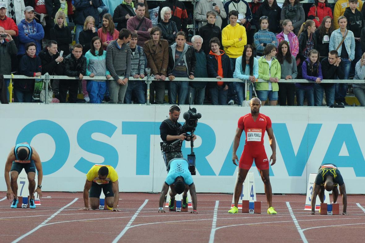 Královská stovka mužů se běžela kvůli chybě startéra dvakrát. Asafa Powell šel do bloků jako poslední