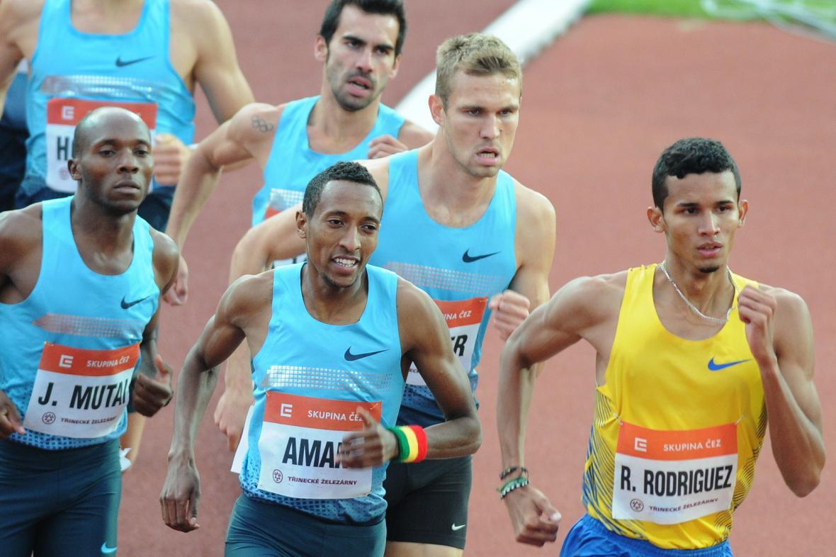 Kdo se usmívá, vítězí, Mohamed Aman z Etiopie zkraje běhu na 800 m, v němž s přehledem vyhrál