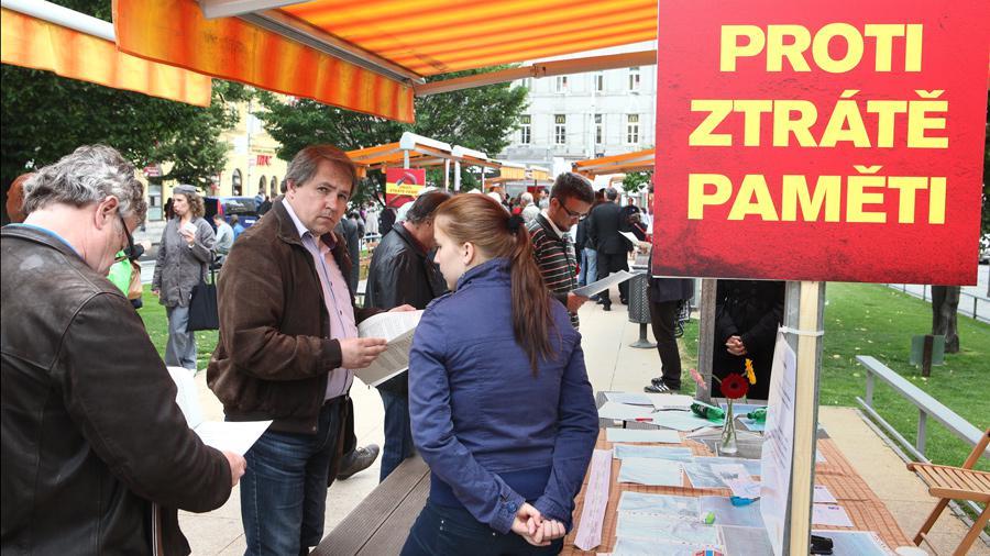 Tylovo náměstí nedaleko rušného dopravního uzlu I. P. Pavlova obvykle neláká k hlubším rozhovorům