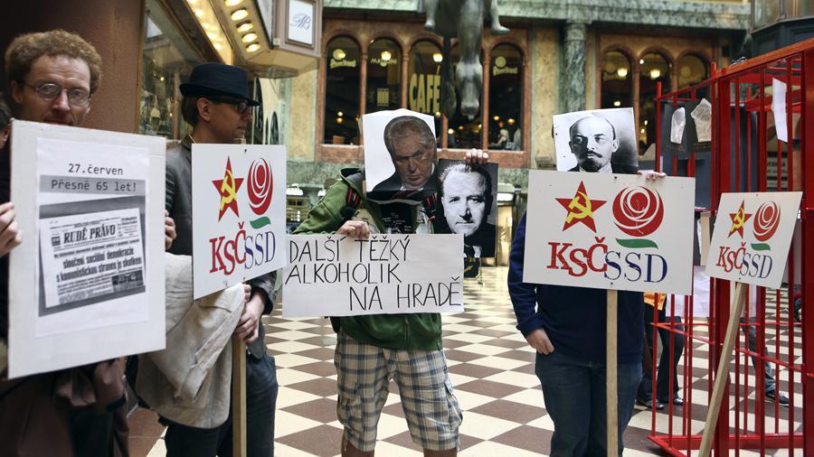 Proti komunistům se postavila i iniciativa Bez komunistů.cz, jež brojí proti rudo-oranžovým koalicím v krajských vládách