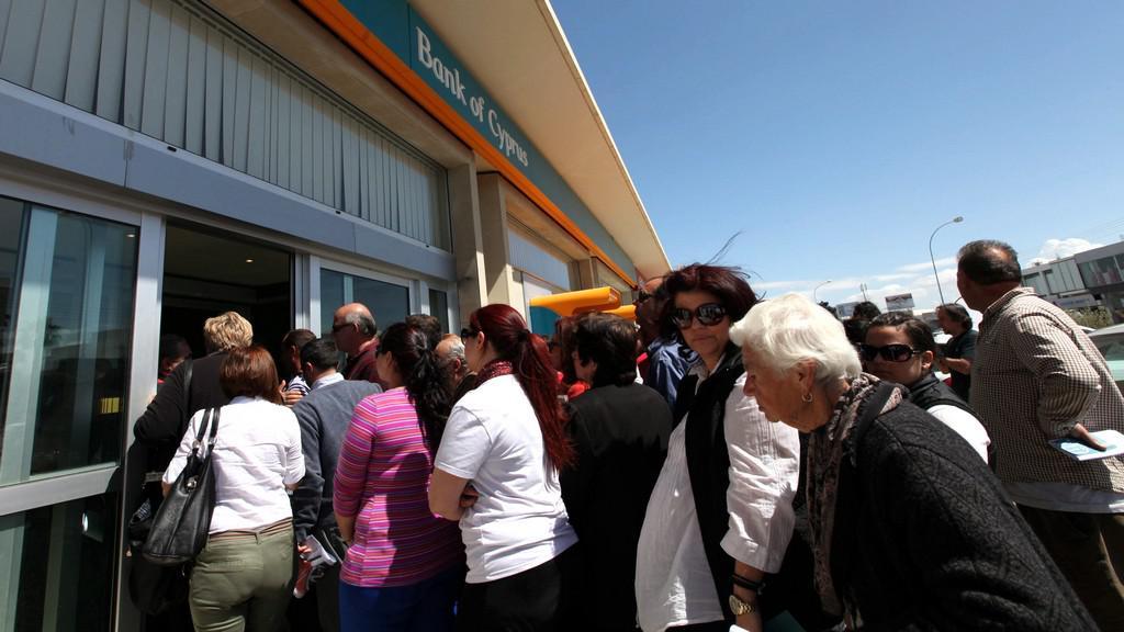 Fronta před kyperskou bankou
