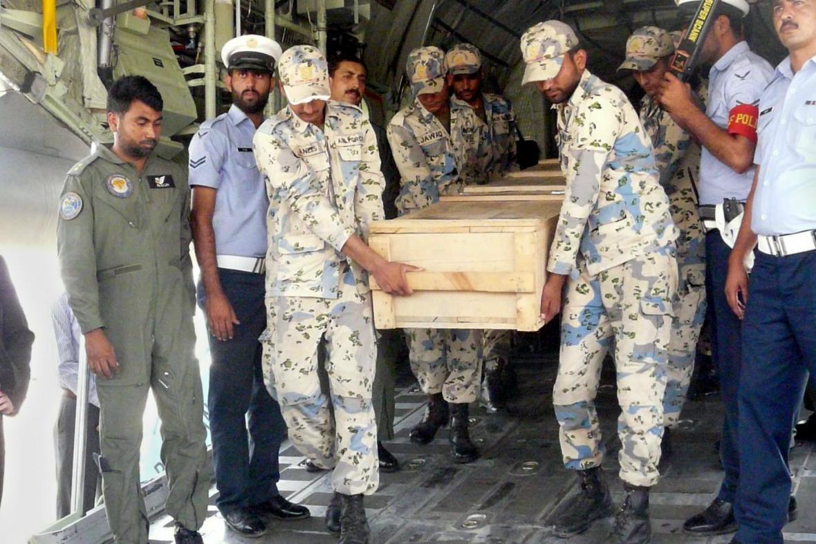 Vojáci převážejí ostatky mrtvých horolezců do Islámábádu