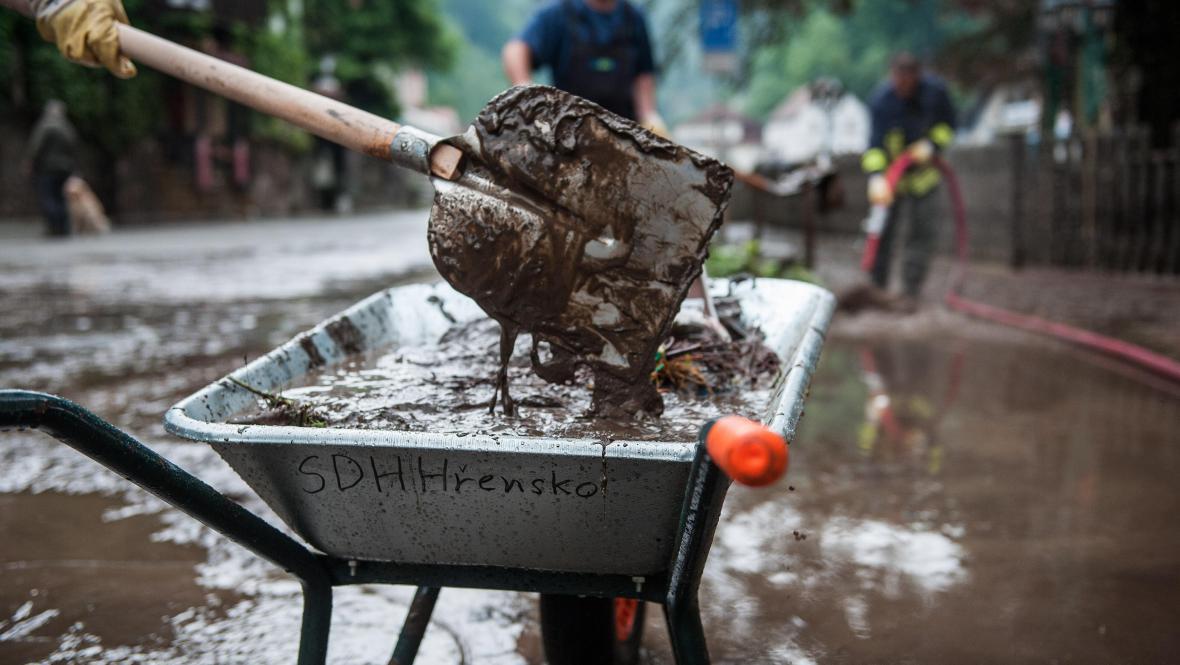 Ve Hřensku odklízeli následky záplav