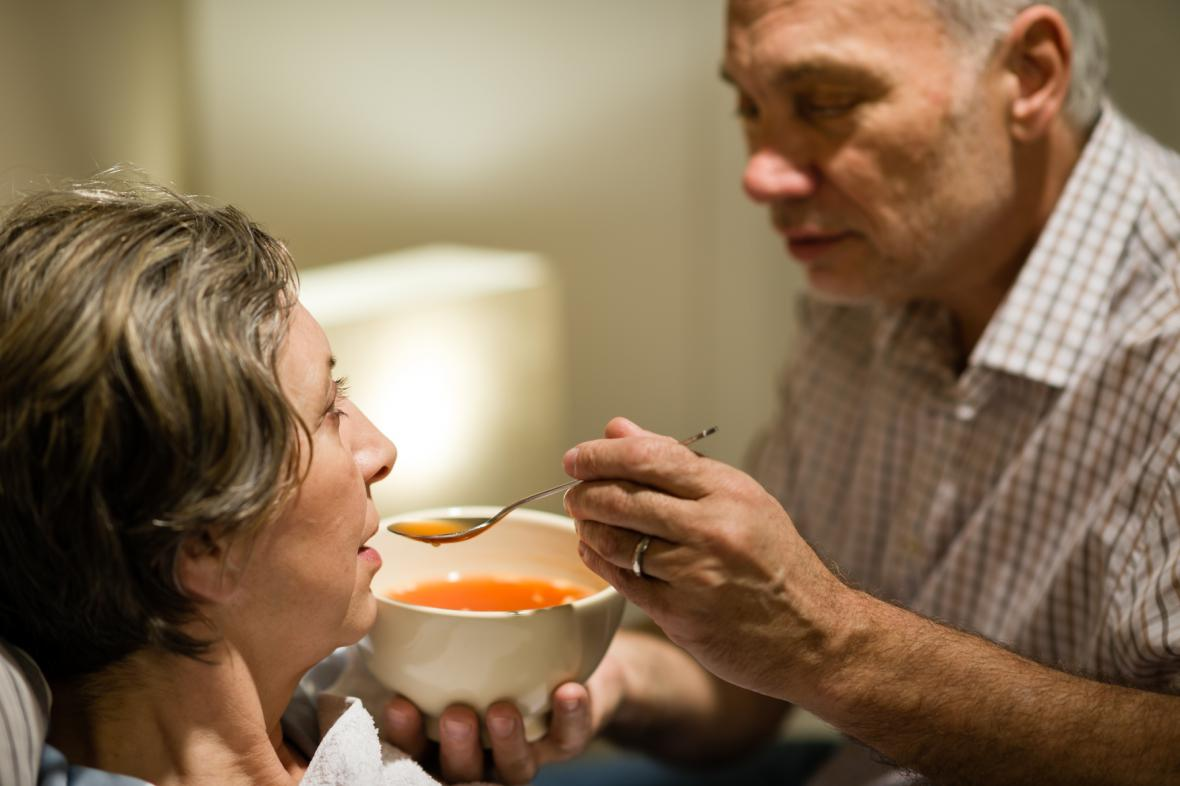 Péče ostatních je pro mnoho seniorů nepostradatelná