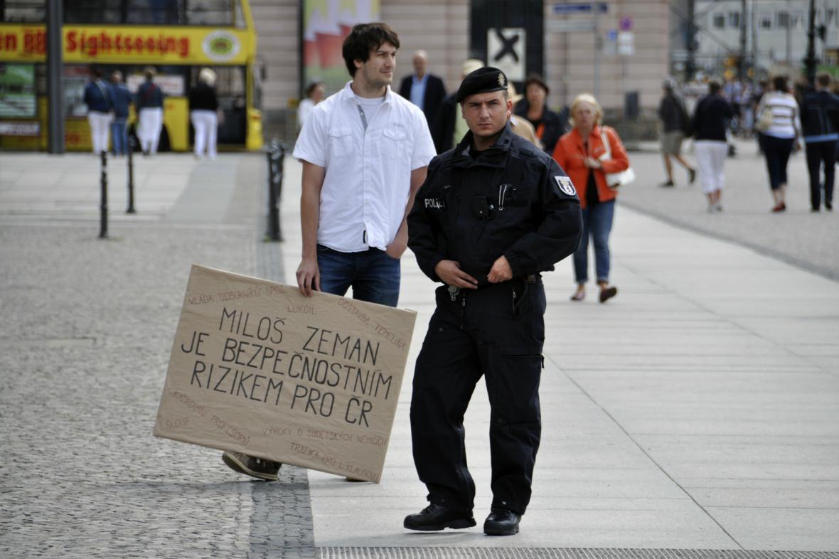 Na Zemana čekal v Berlíně jeden demonstrant