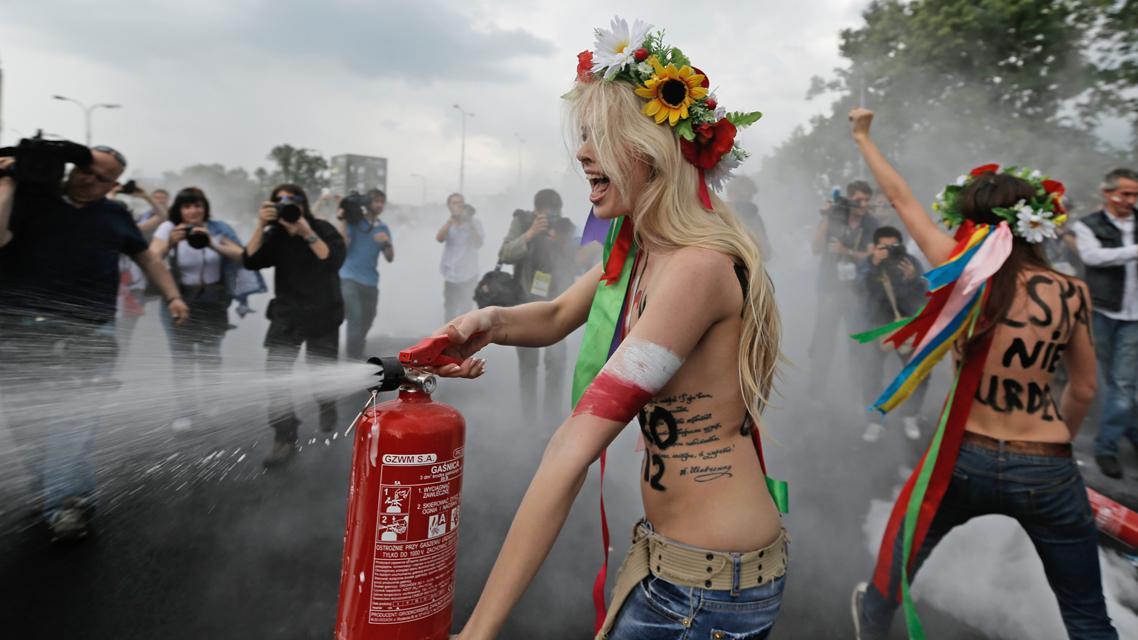 Aktivistky skupiny Femen demonstrovaly před stadionem ve Varšavě