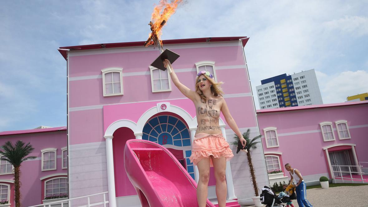 Protest hnutí Femen proti domu panenky Barbie