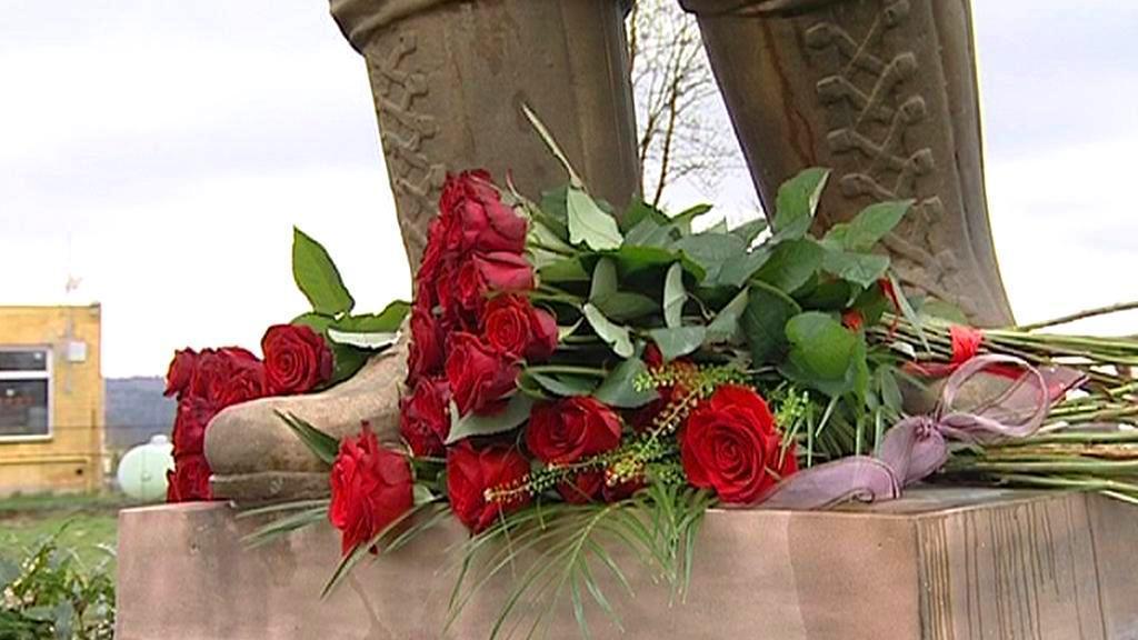 Růže u pomníku