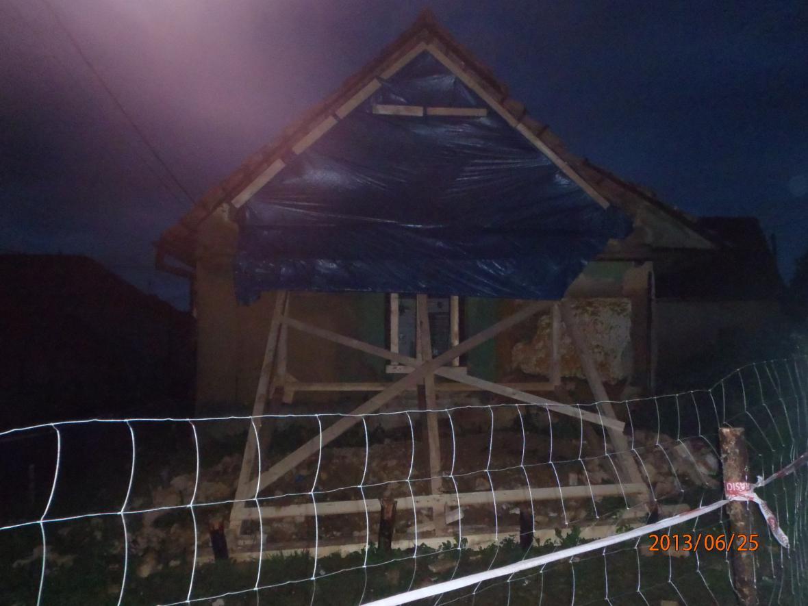 Podepřený dům z nepálených cihel