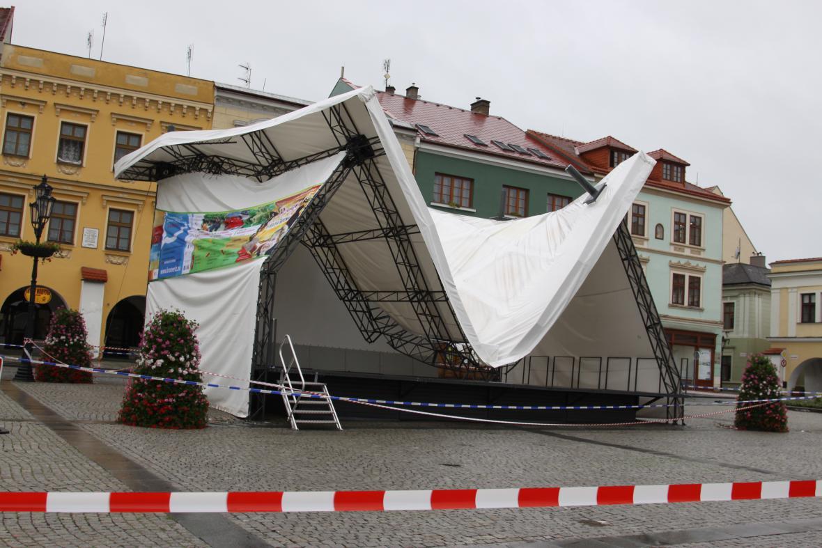 Déšť poškodil střechu pódia v Kroměříži