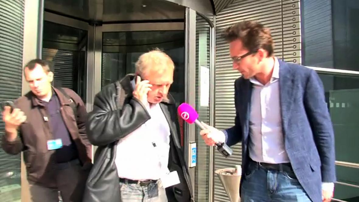 Miloslav Ransdorf s reportérem televize GeenStilj TV