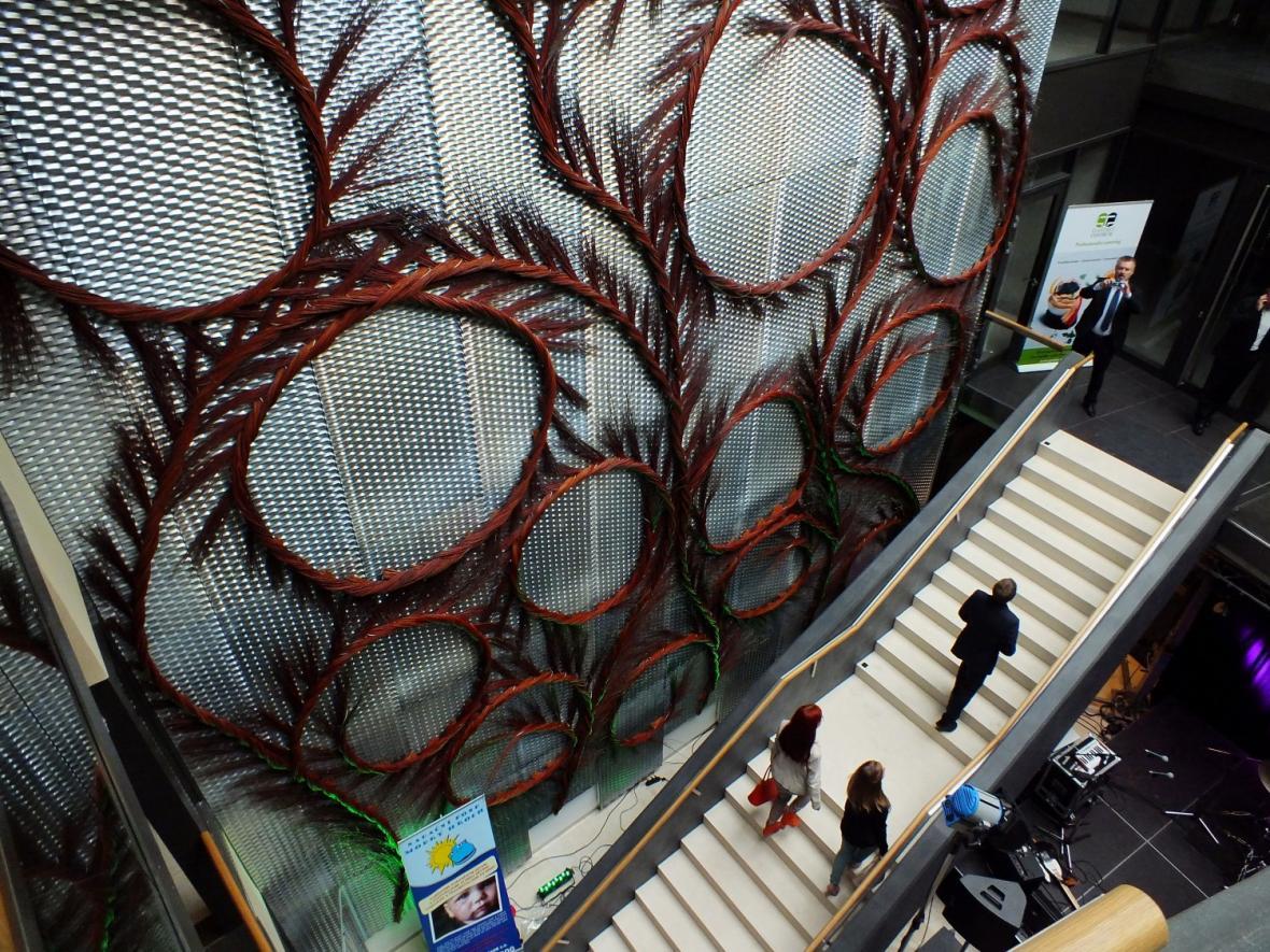 Plastika u schodiště v atriu