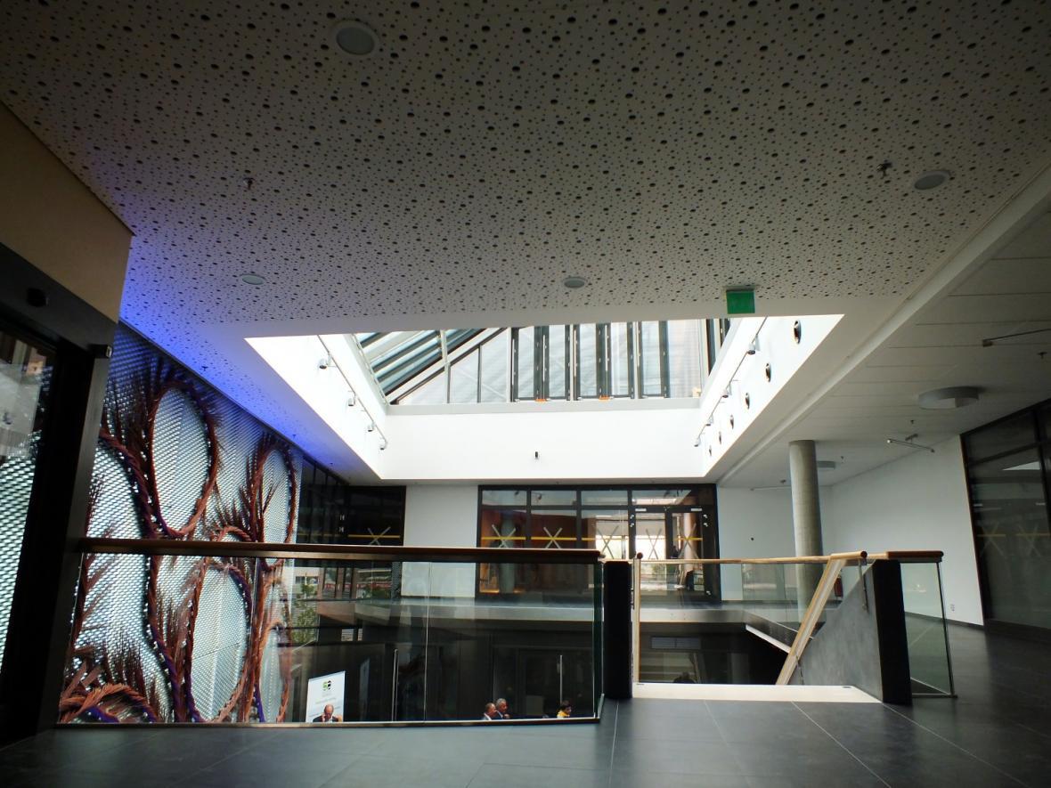 Interiér budovy působí vzdušným dojmem