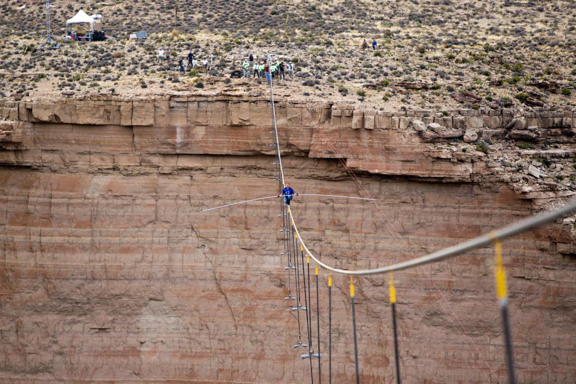 Wallenda zdolává Grand Canyon