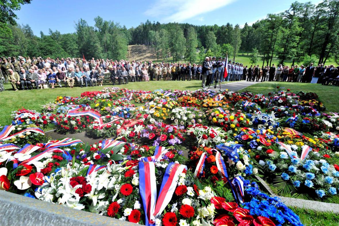 Stovky lidí si připomněly vyhlazení obce nacisty