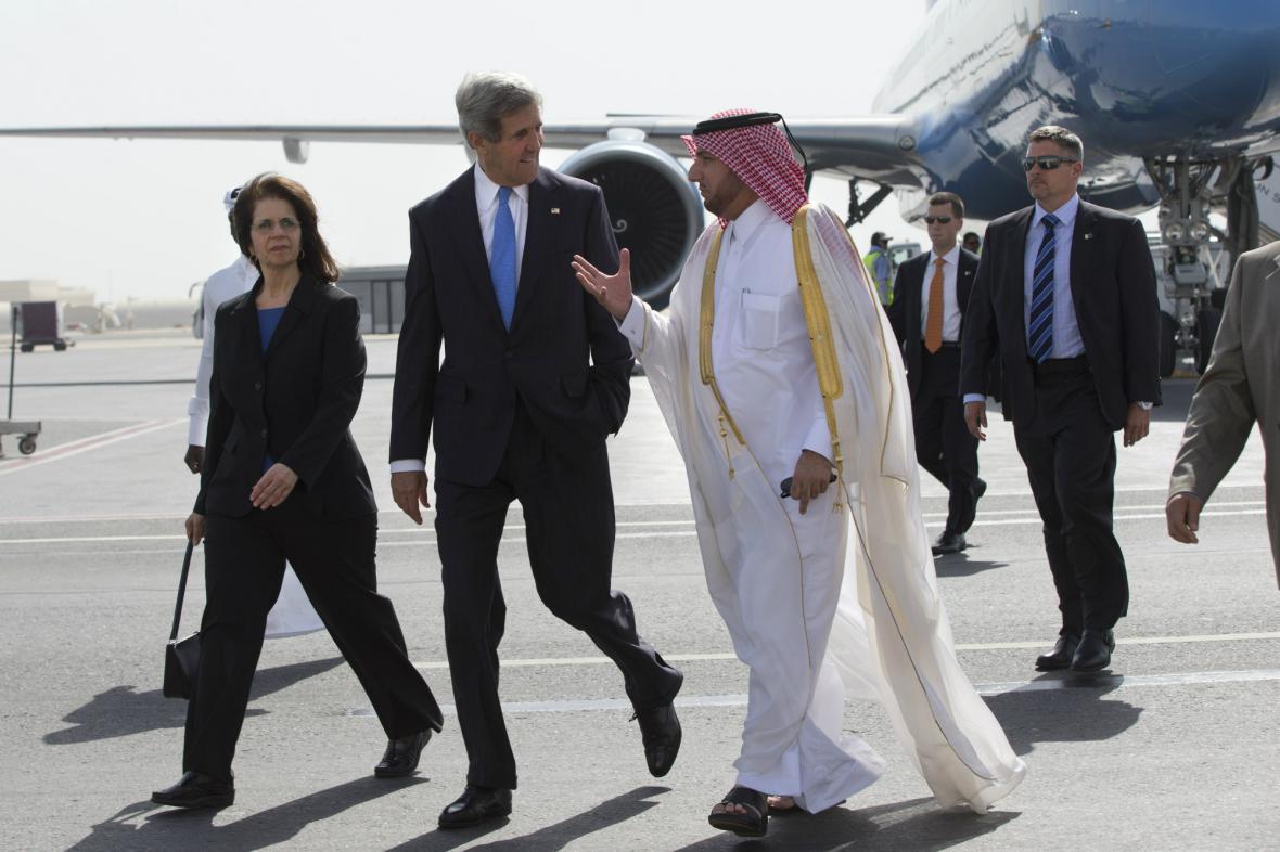 John Kerry při příjezdu do Dauhá