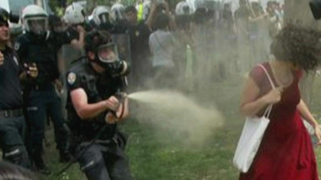 Dívka v červených šatech - symbol tureckých protestů