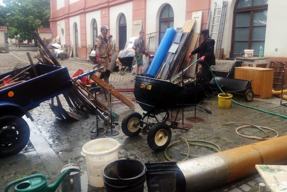 Úklid Trojského zámečku po povodních