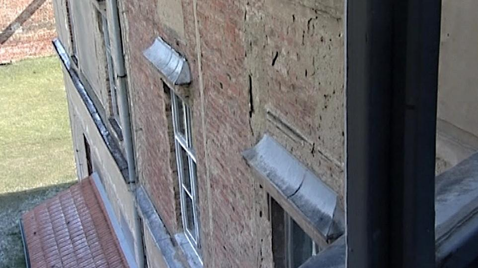 Opadaná fasáda na budově gymnázia