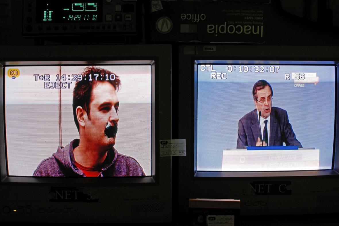 Zaměstnanec ERT s přelepenými ústy a premiér Samaras