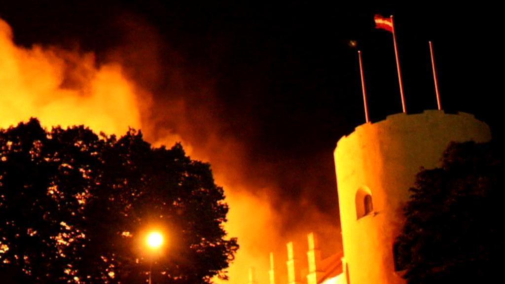 Lotyšský prezidentský palác v plamenech