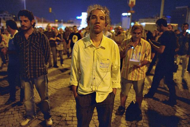 Stojící demonstrant Erdem Gündüz