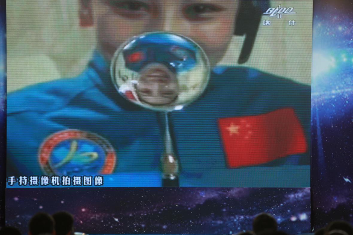 Čínská kosmonautka Wang Ja-pching při vesmírné přednášce