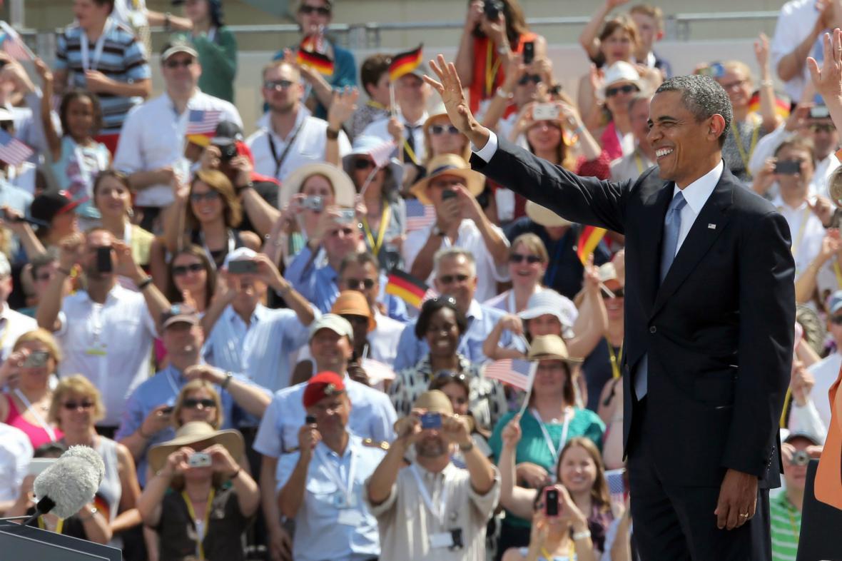 Obama zdraví své příznivce před Braniborskou bránou