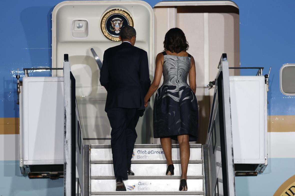 Barack Obama s manželkou odlétá z Německa